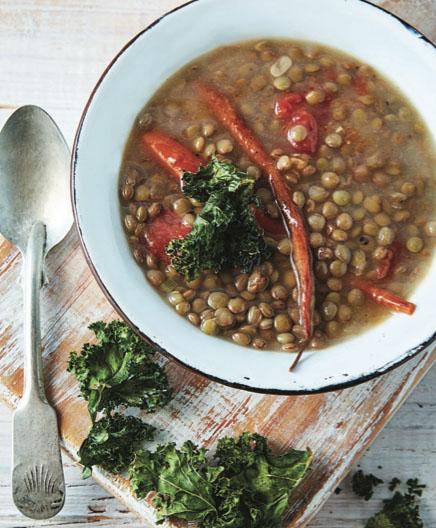 Sopa de lentejas con chips de kale