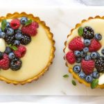 tarta de chocolate blanco con frutos rojos