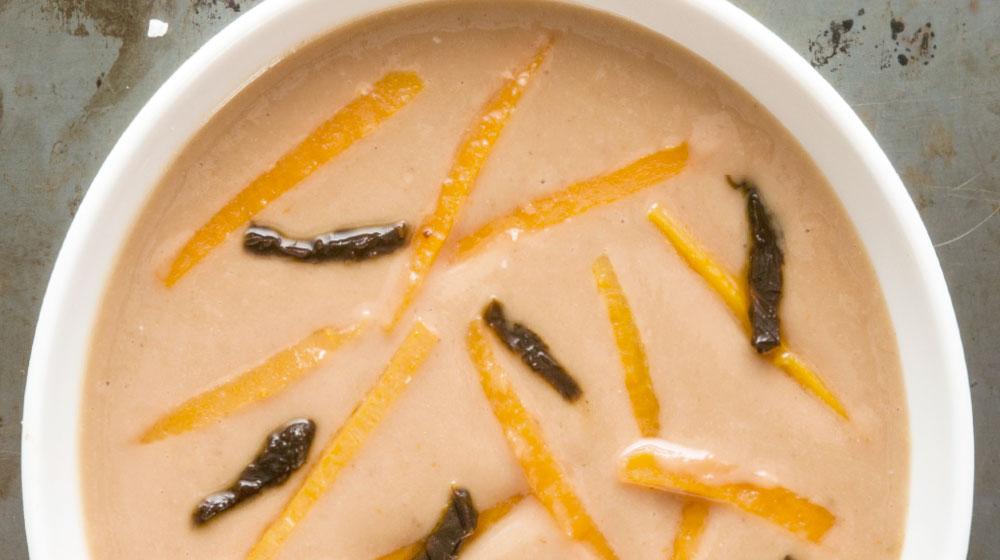 crema-de-frijol-con-juliana-de-zanahoria