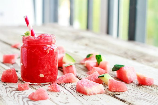 beneficios sandia taza jugo de fruta