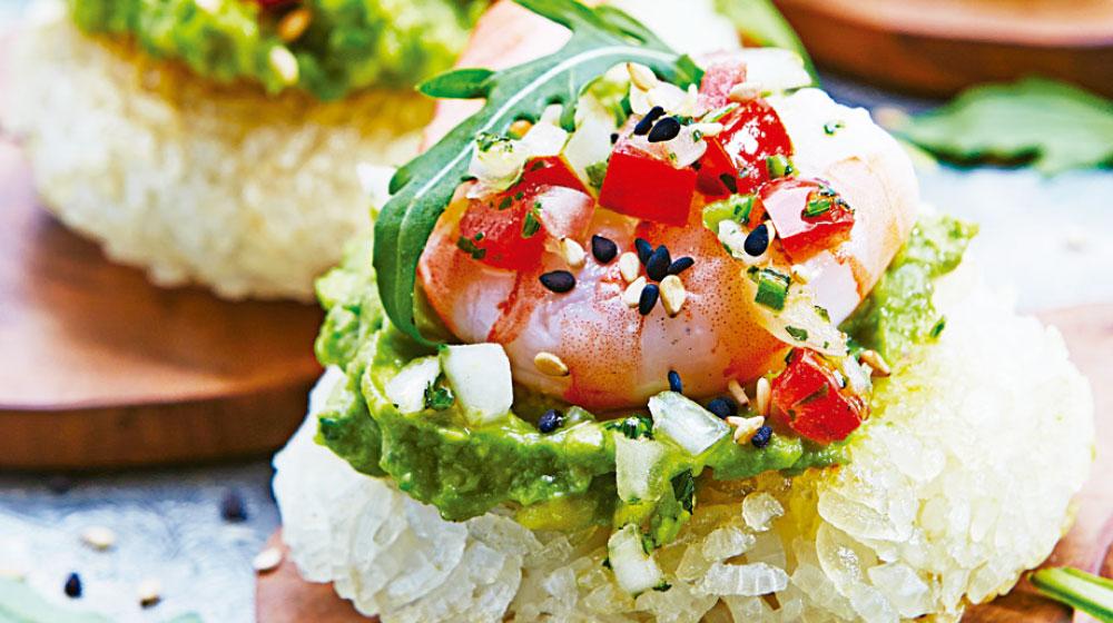 Tapitas de arroz de sushi con camarón y guacamole