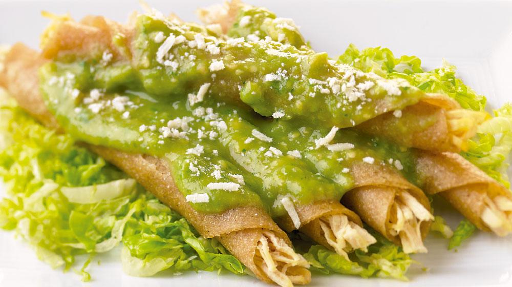 Recetas de pollo mexicanas: flautas en salsa de aguacate