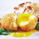 Huevo frito sobre puré de espinaca