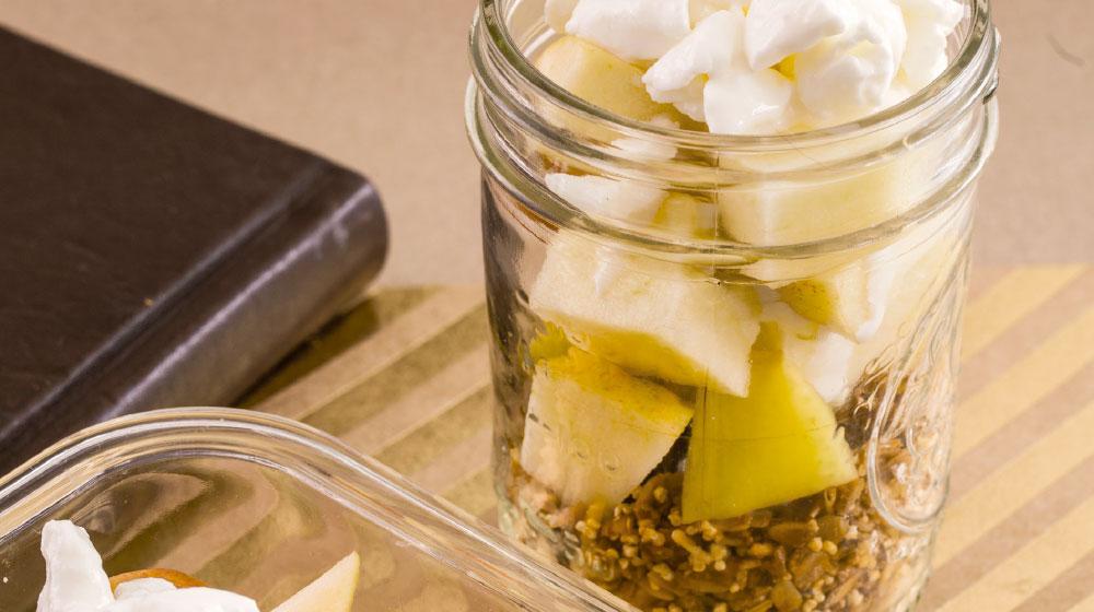 manzanas-con-queso-cottage-y-granola