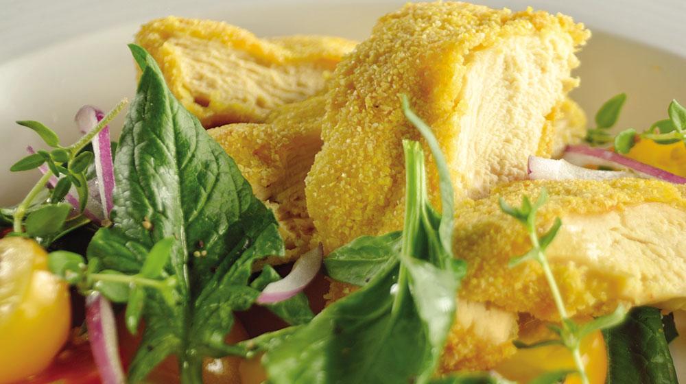 Pechuga de pollo empanizada con polenta y ensalada sin gluten