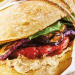 sándwich de berenjena con hummus