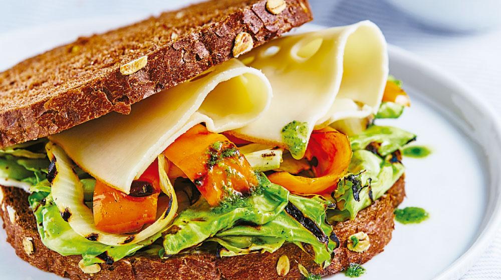 Sándwich de coles de bruselas con pesto y gruyére