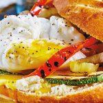 Sándwich de huevo poché con queso de cabra