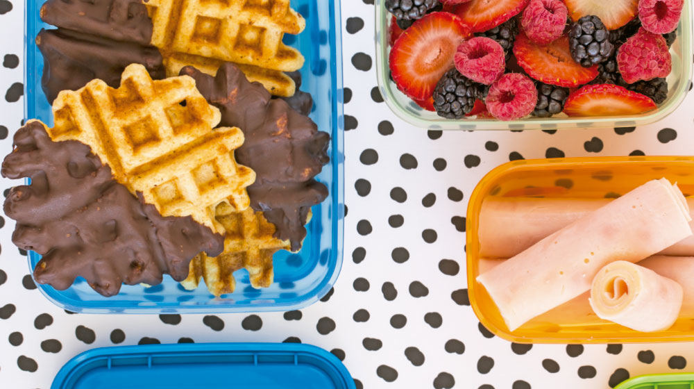 mini waffles con chocolate y frutos rojos