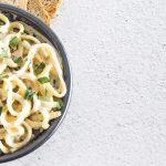 Espagueti al ajo y cuatro quesos
