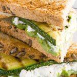 Sándwich integral de requesón, calabaza y aguacate