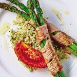 Espárragos con carne sobre quinoa