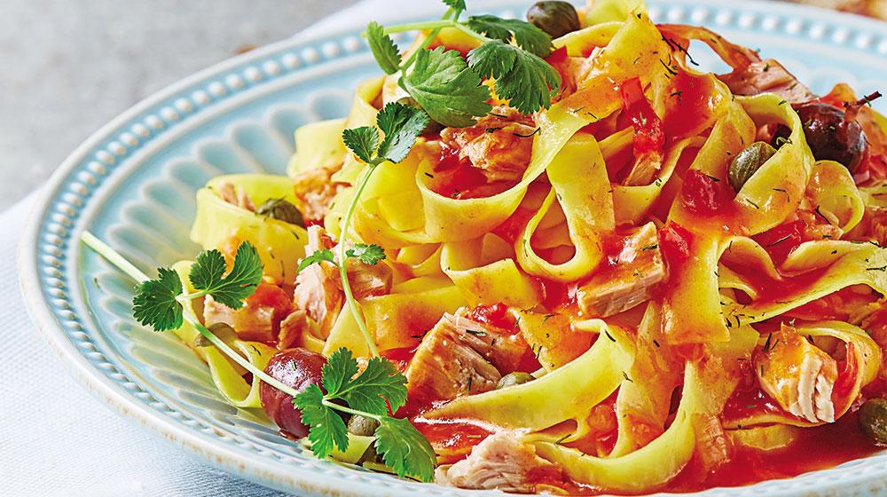 Fetuccini con salsa de jitomate y atún