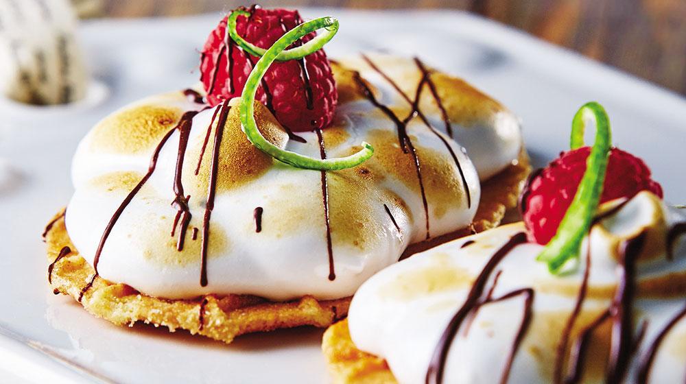 Tartitas de hojaldre con merengue y frambuesa