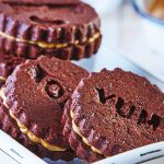 Galletas de chocolate rellenas de crema de cacahuate