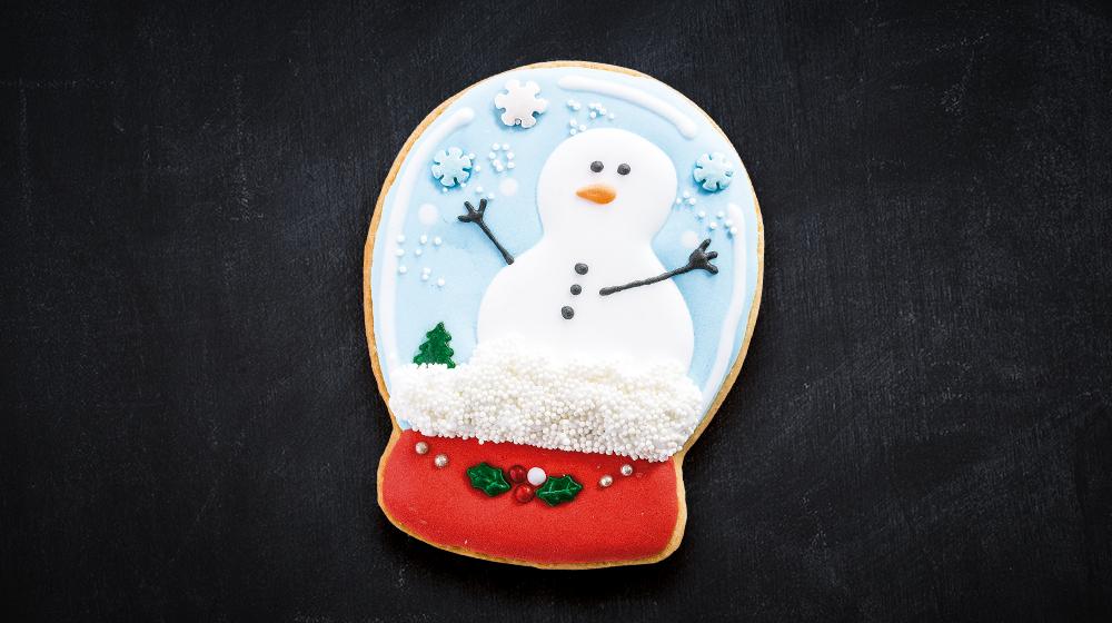 Galleta de muñeco de nieve en bola navideña