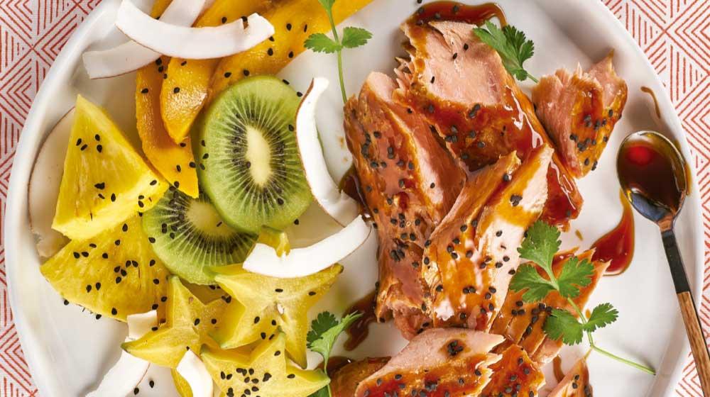 Ensalada de frutas tropicales con salmón horneado