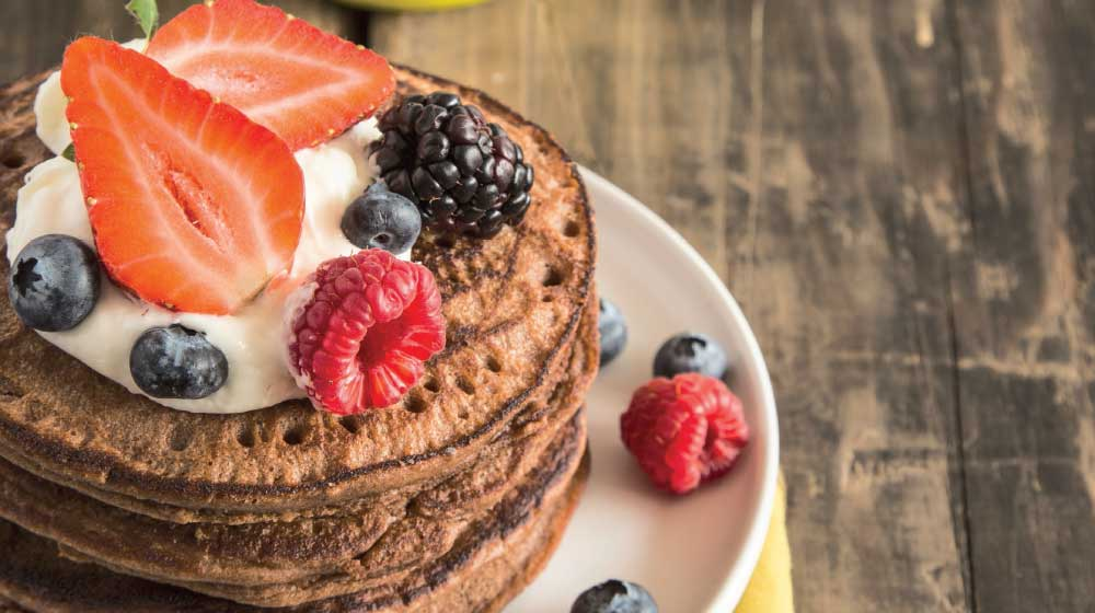 Hot cakes de chocolate con frutos rojos