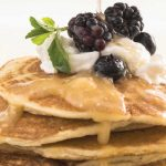 Hot cakes con puré de guayaba y cottage