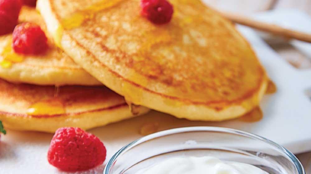 Hot cakes con yogur y frambuesa