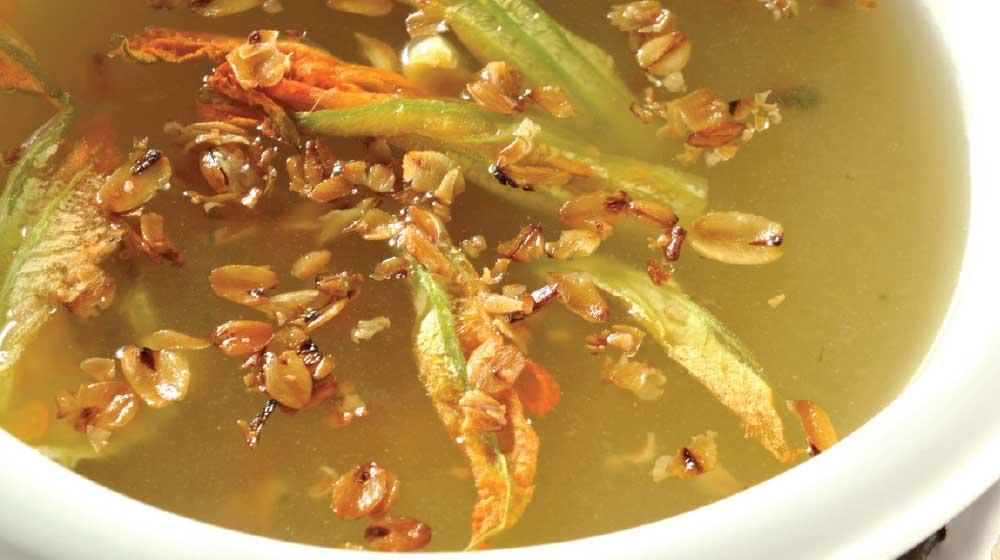Sopa de avena y flor de calabaza