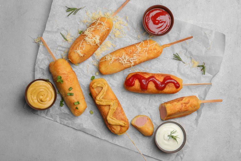Las banderillas son uno de los clásicos en cuanto a snacks se refiere, además de ser deliciosos son una gran opción para tus fiestas en especial la de los más pequeños, sigue está receta porque te explicamos cómo hacer banderillas con harina de hot cakes.