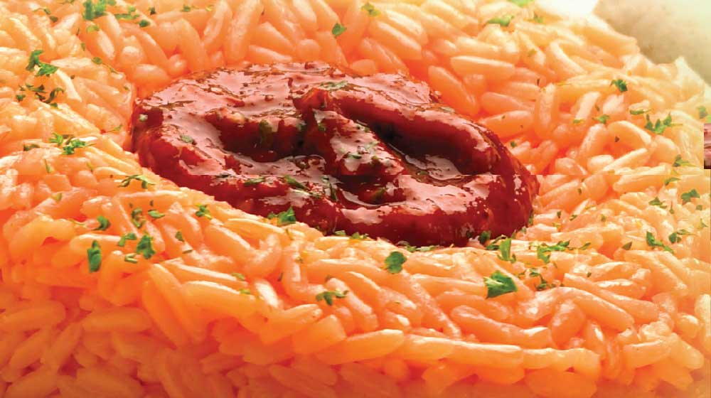 Corona de arroz rojo con salsa de guajillo