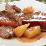 Delicioso bistec con ciruela y piña