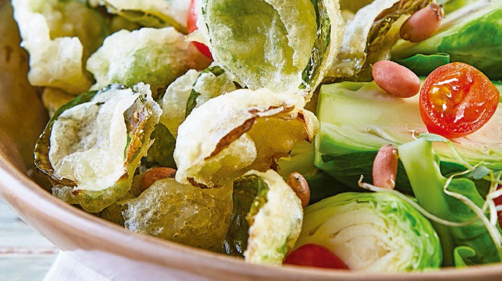 Ensalada de coles de bruselas en tempura