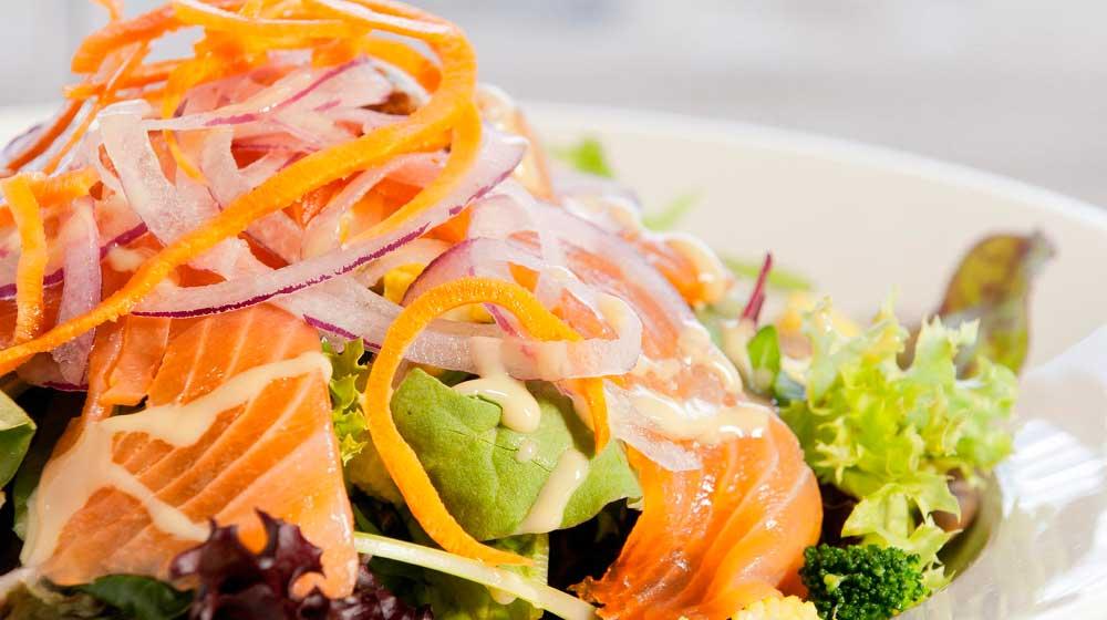 Ensalada de salmón, aguacate y zanahoria