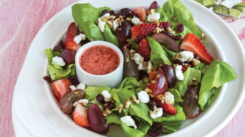 Ensalada verde con frutos rojos y aderezo de fresa