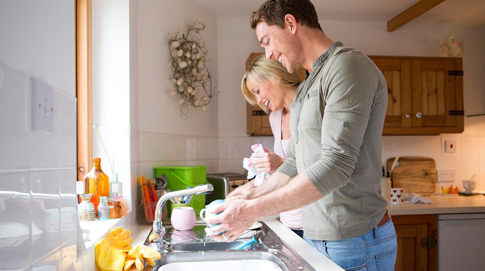 Hombres que lavan platos son más atractivos: