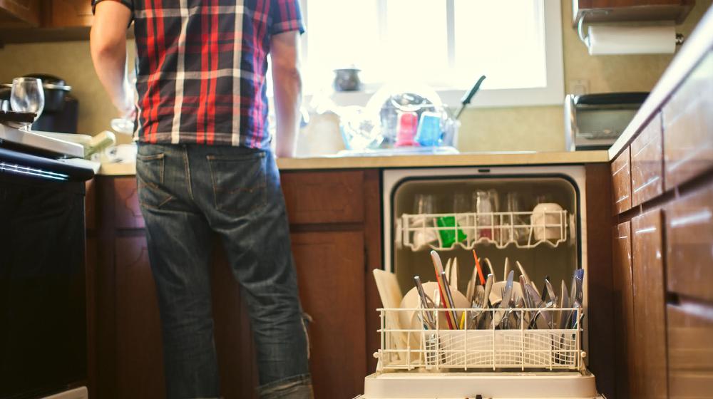Hombres que lavan platos son más atractivos: la ciencia lo dice
