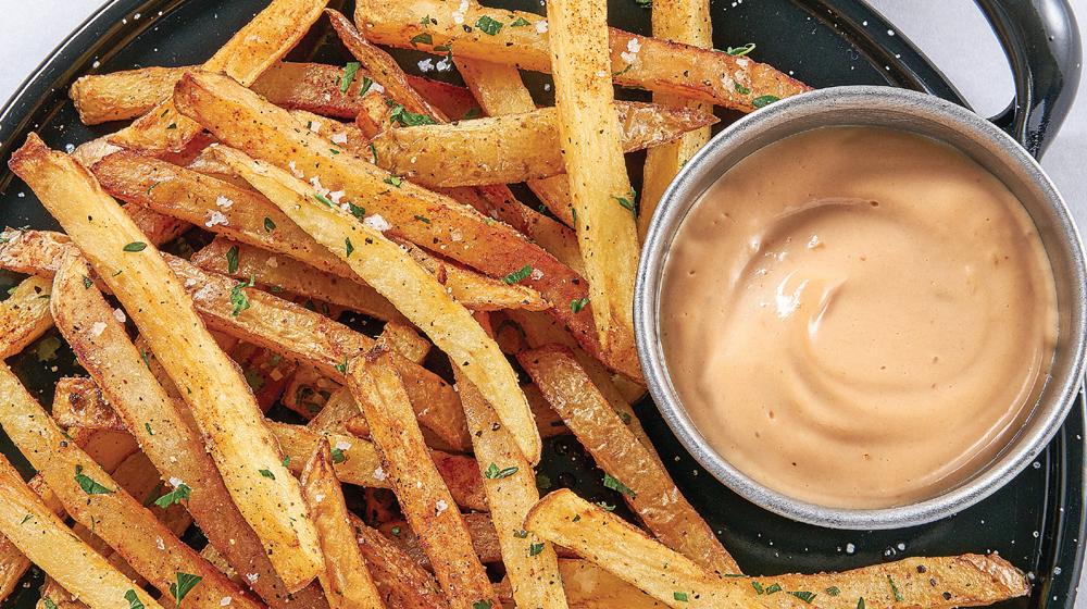 papas fritas con mayonesa y chipotle