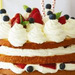 Pastel de vainilla con fresas y crema batida