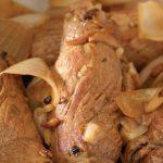 Delicioso bistec encebollado para la hora de la comida