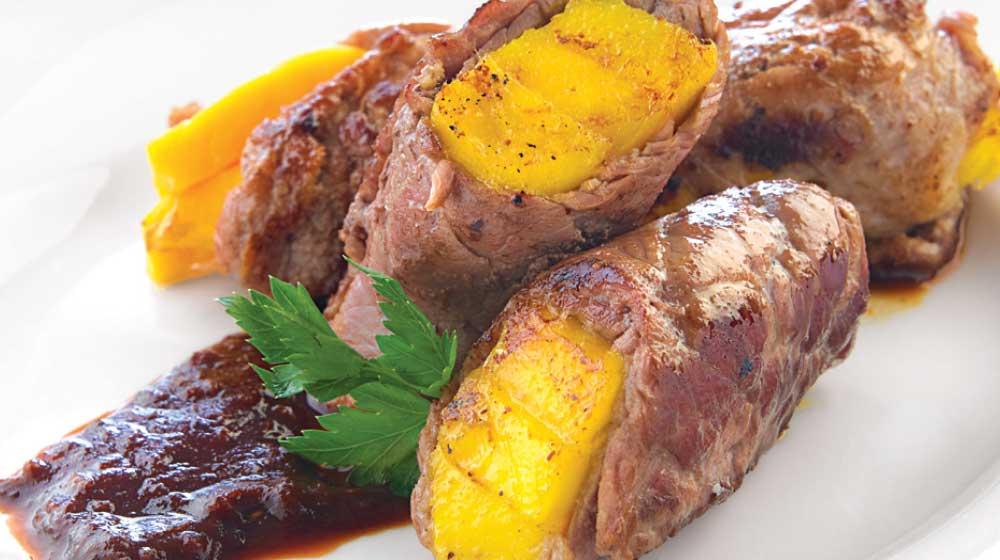 Rollos de bistec con mango en salsa de chile ancho
