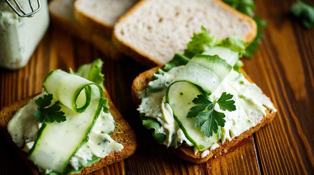 Delicioso sándwich de requesón con pepino