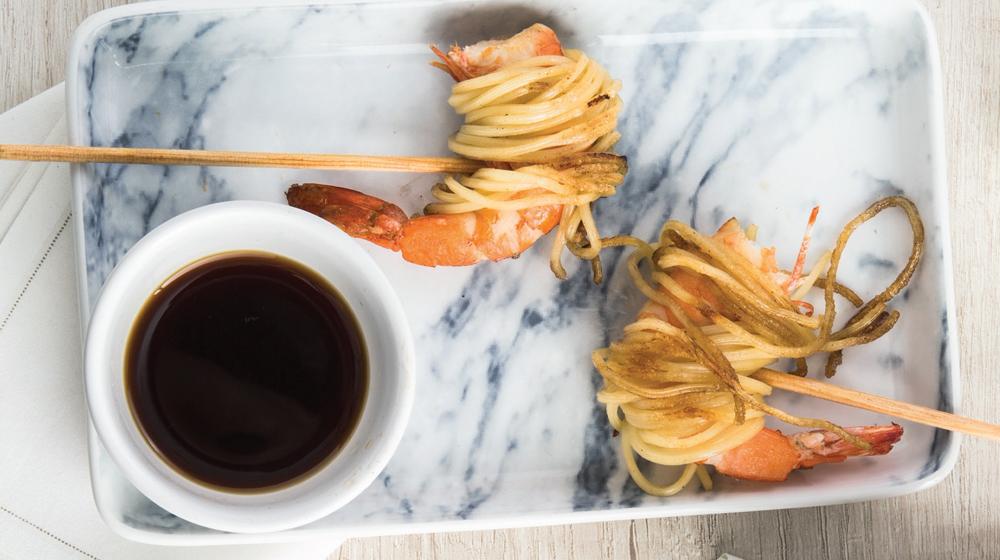 brochetas de camarón con pasta