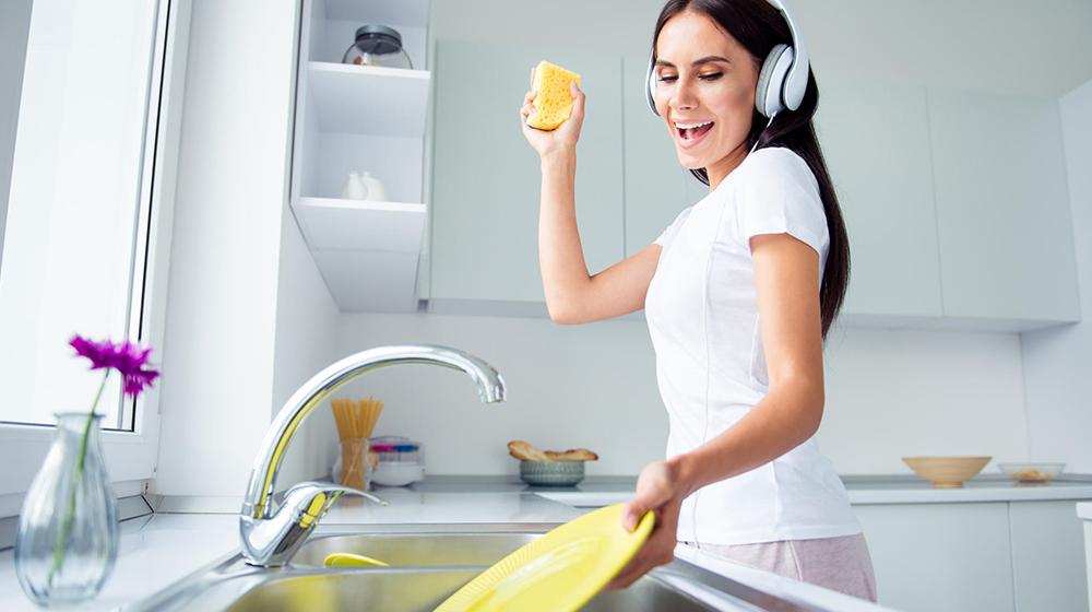 Beneficios de lavar platos para la salud que debes conocer