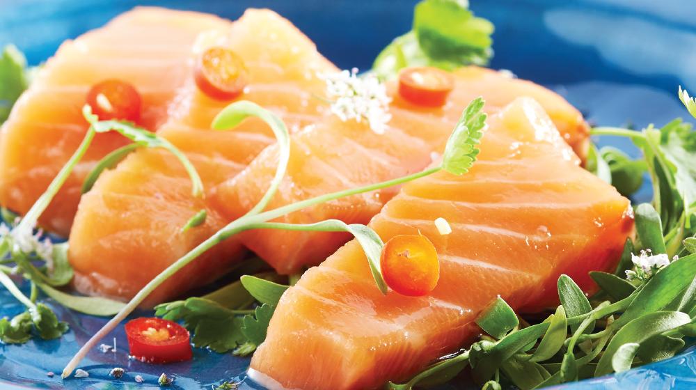 Exquisito sashimi de salmón con aderezo de chile