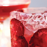 Exquisito coctel Afrodita con pétalos de rosa