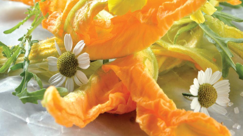 Ensalada de flores con aderezo de miel y estragón
