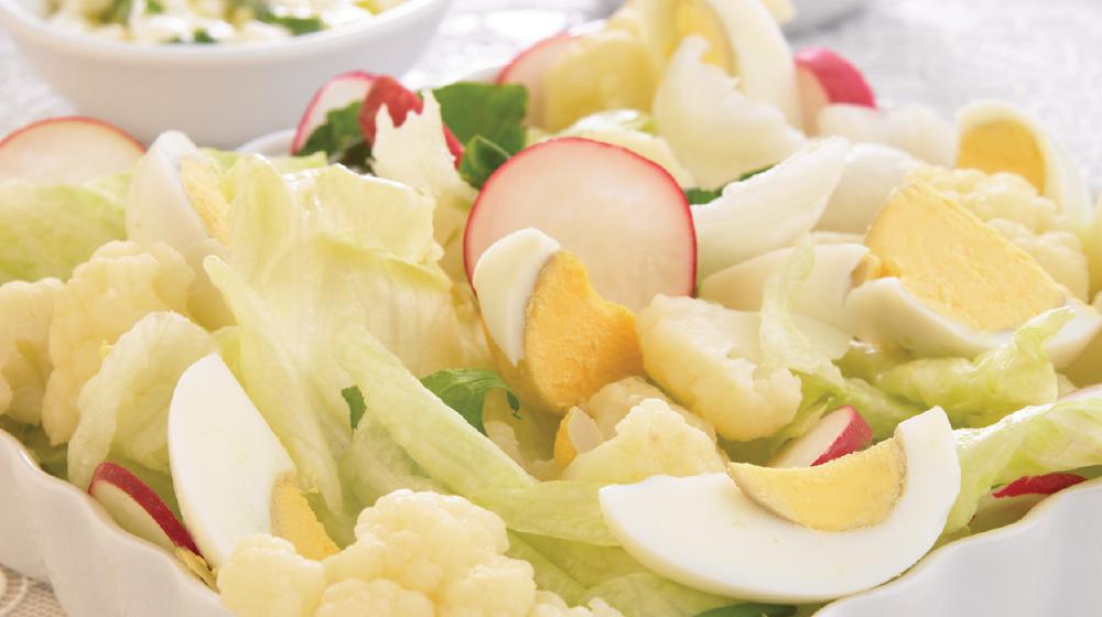 Ensalada de queso cottage y espinacas baja en calorías