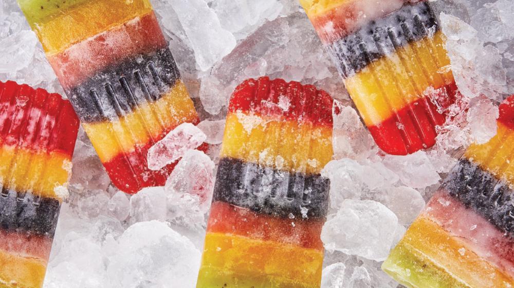 Disfruta estas divertidas paletas arcoiris heladas