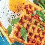 Waffle relleno con huevo, chile serrano y albahaca