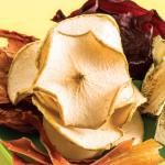 Ofrece a tu hijo estas saludables chips de verduras y frutas deshidratadas, perfectas para disfrutar después de la comida.