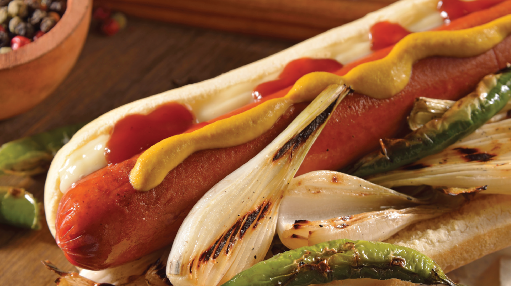 Hot dog picante con chiles serranos