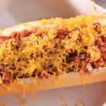 Delicioso e irresistible hot dog con chili