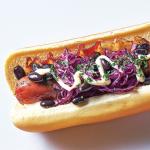 Hot dog con frijoles y col morada